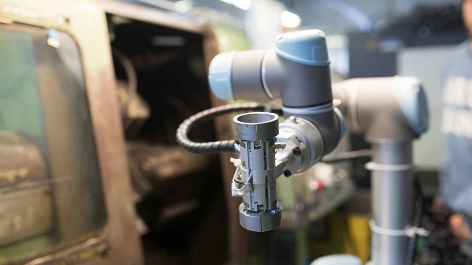 CNC trčka automated machine tending processes with UR5 collabroative