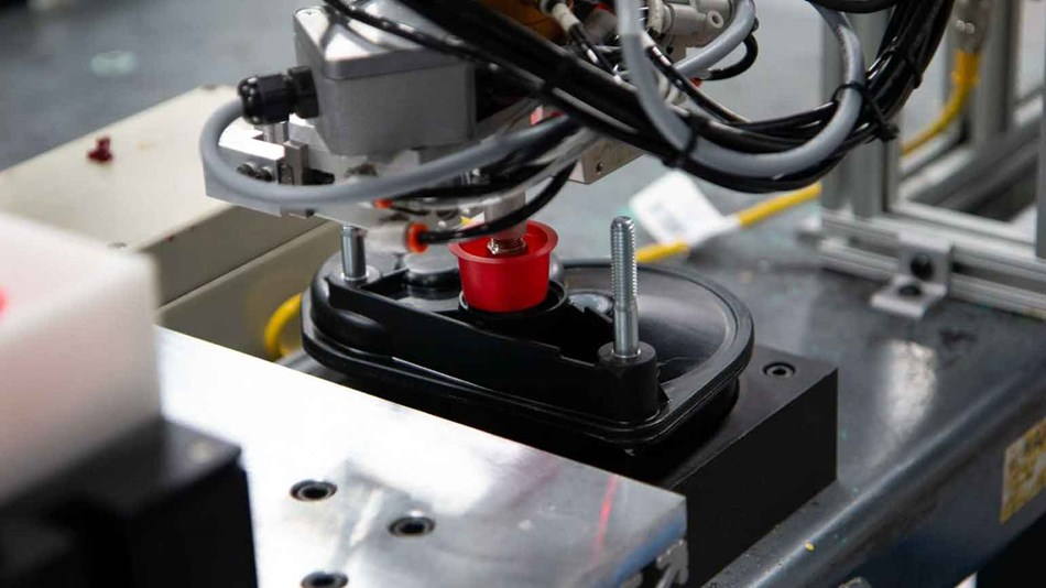 The cobot places the gearbox in a grease dispenser