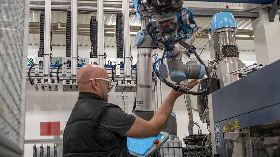 Collaborative robot in Injection Molding Applications