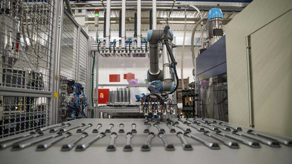 At 2K Trend in the Czech Republic, a UR10 cobot picks up inserts to be placed in the injection mold